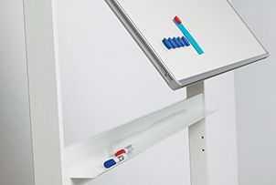 Forgatható mágnestábla fehér gurulós állványon irattálcával
